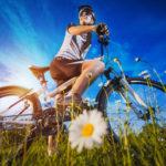 Soczewki kontaktowe czy okulary korekcyjne? Co lepsze na rower?