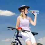 Ile powinno się wypijać wody podczas treningu? Ile powinno się pożywać wody dziennie?