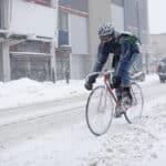 Jazda rowerem zimą: Co zabrać ze sobą na rowerową przejażdżkę?