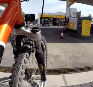 13214806-stacje-benzynowe-rowniez-dla-rowerzystow-wielkie-udogodnienie-dla-fanow-dwoch-kolek-0s