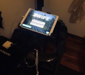 Zwift i iPad Pro 10.5. Działa idealnie, jednak ekran zbyt mały, a obsługa dotykiem kłopotliwa jeśli nie macie tabletu pod nosem. Do tego pot kapiący na ekran rodził sporo komplikacji...