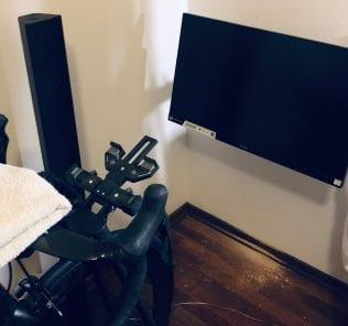 Monitor 27 cali z gniazdem HDMI. Przytwierdzony na ruchomym stelażu do ściany.